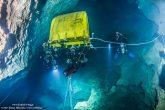 Σε απόσταση 350 περίπου μέτρων από την είσοδο του σπηλαίου Σίντζι, οι δύτες βλέπουν τον κώδωνα που είχε χρησιμοποιηθεί σε παλαιότερες αποστολές για την αποσυμπίεση των δυτών.